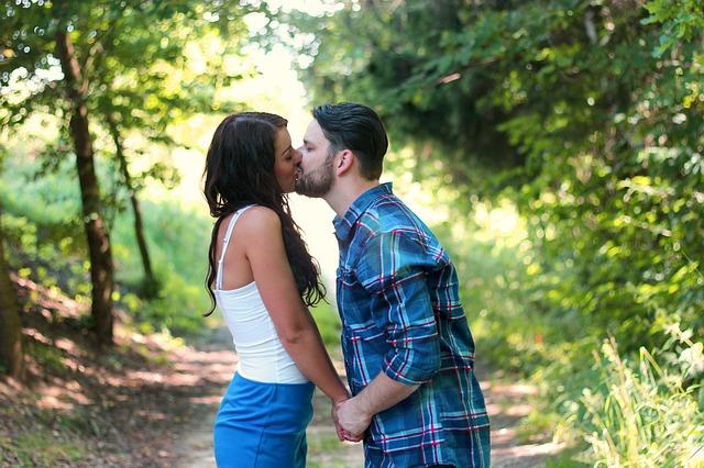Embrasser une fille pour la première fois.